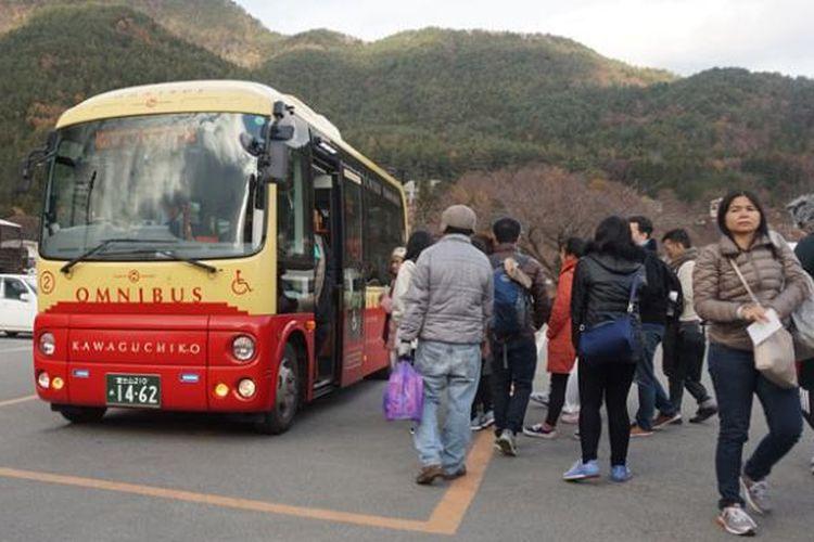 Bus wisatawan di Taman Oishi, Prefektur Yamanashi, Jepang, Rabu (30/11/2016). Dari taman ini, wisatawan bisa menyaksikan Gunung Fuji dan Danau Kawaguchiko.