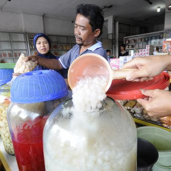 Wisatawan membeli manisan di sentra oleh-oleh di Jalan Dr Muwardi, Kabupaten Cianjur, Jawa Barat, Minggu (28/12). Sejumlah toko bangkrut seiring dibukanya Jalan Tol Cipularang pada tahun 2005, yang membuat jarak tempuh Jakarta- Bandung lebih singkat.