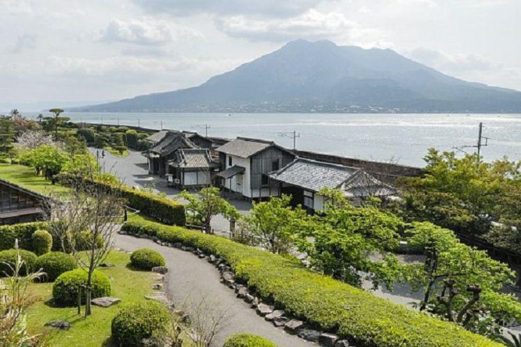 Pemandangan alam kawasan Sengan-en di Kagoshima, Pulau Kyushu, Jepang. Tampak gunung api aktif Sakurajima dan teluk Kagoshima melengkapi keindahan panorama alam Sengan-en.