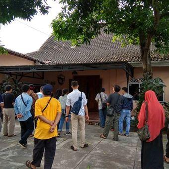 Peserta napak tilas sejarah Kampung Kauman Mangkunegaran, Minggu (10/6/2018).