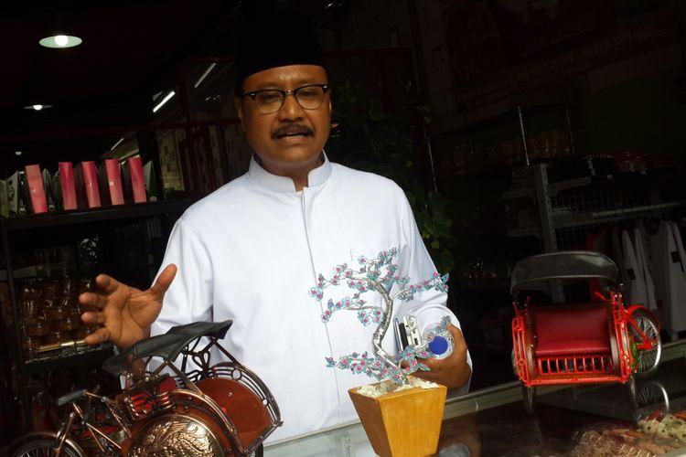 Calon Gubernur Jawa Timur Saifullah Yusuf atau Gus Ipul saat mengunjungi gerai UMKM di Jalan Cengger Ayam Kota Malang, Kamis (15/2/2018)