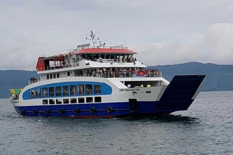 Kapal ferry Ihan Batak saat melaju di perairan Danau Toba, Kamis (27/12/2018).