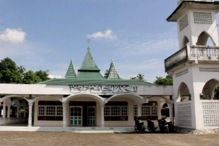 Masjid Jami Bua, masjid tertua di Sulawesi Selatan yang merupakan akuliturasi budaya Minang-Bugis.