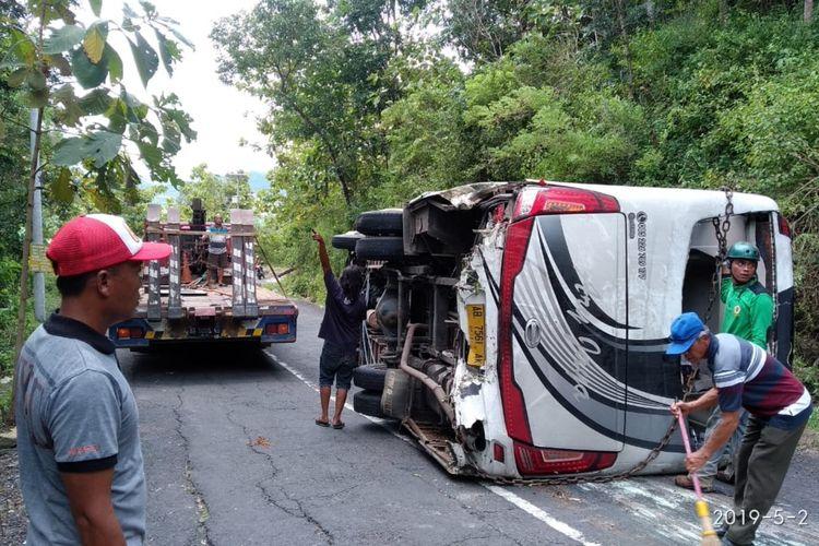 Petugas Kepolisian Mengevakuasi Bus di Tanjakan Bundelan, Ngawen, Gunungkidul, Kamis (2/5/2019)