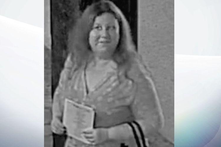 Inilah gambar CCTV yang menunjukkan seorang perempuan di Amerika Serikat (AS). Dia dituduh menjadi perusak pesta pernikahan karena mencuri hadiah hingga ribuan dollar. Polisi pun memburunya dan menawarkan hadiah hingga Rp 57 juta bagi siapa pun yang tahu keberadaannya.