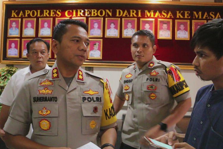 Kapolres Cirebon AKBP Suhermanto memberikan penjelasan terkait penangkapan IAS kepada sejumlah pekerja media di kantor polisi, Senin (13/5/2019). Polisi masih memeriksa dan mendalami motivasi serta tujuan IAS membuat dan menyebarkan video tersebut