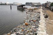 Sampah Kotori Tepi Tanggul Muara Baru