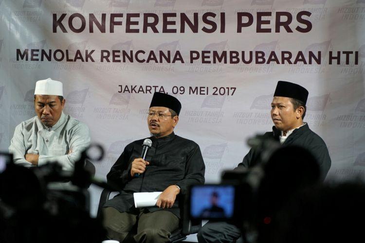 Ketua DPP HTI Rokhmat S. Labib, Juru Bicara HTI Ismail Yusanto dan Anggota DPP HTI Abdullah Fanani saat menggelar jumpa pers terkait penolakan rencana pembubaran HTI oleh pemerintah, di kantor DPP HTI, Tebet, Jakarta Selatan, Selasa (9/5/2017).