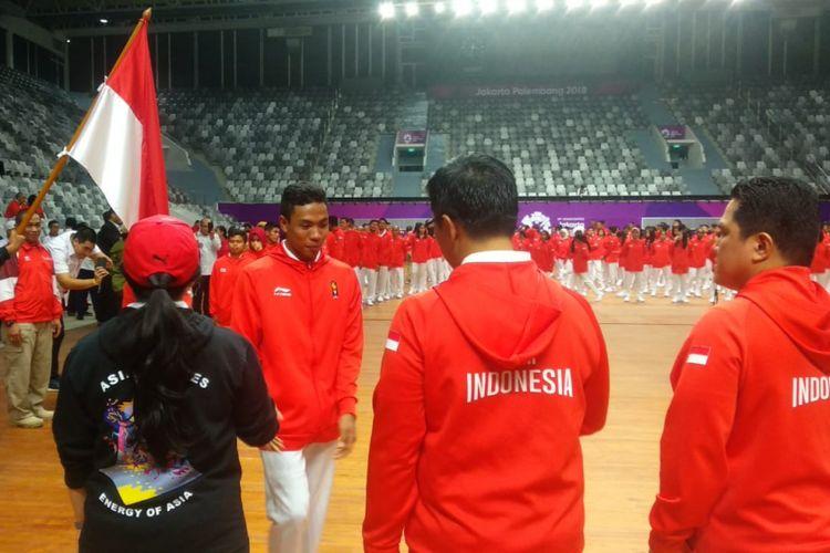 Salah satu atlet Indonesia dari cabang olahraga atletik, Lalu Muhammad Zohri, hendak bersalaman dengan Menteri Pemuda dan Olahraga RI Imam Nahrawi, pada upacara pengukuhan kontingen Indonesia untuk Asian Games 2018, di Istora Senayan, Jakarta, Minggu (5/8/2018).