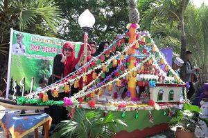 Peringati Maulid, Warga Rebutan Telur di Festival Bunga Male
