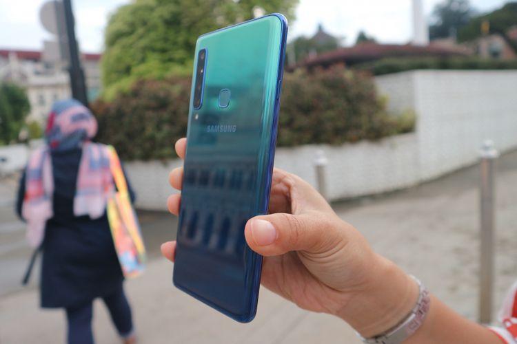 Punggung Galaxy A9 yang bisa merefleksikan bayangan obyek di depannya