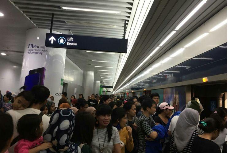 Masyarakat antusias menjajal MRT dari stasiun Bunderan HI, Sabtu (30/3/2019).