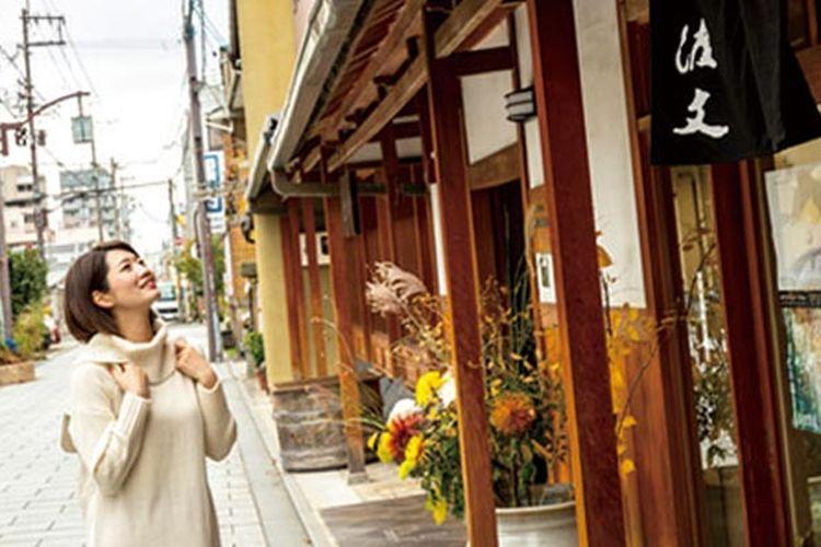 Di Kyoto, selain menikmati peninggalan bersejarah seperti kuil, wisatawan dapat menikmati kafe-kafe bernuansa retro yang direnovasi dari rumah tua khas Jepang, seperti di daerah Nishijin.
