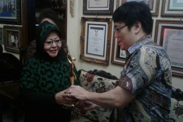 Penyanyi keroncong legendaris Waldjinah (kiri) menunjukkan penghargaan AMI Awards 2017 di rumahnya di Kampung Mangkuyudan, Kelurahan Purwosari, Kecamatan Laweyan, Solo, Senin (4/12/2017).