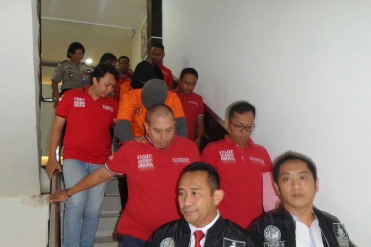 Vokalis Marcello Tahitoe alias Ello digiring menuju ruang jumpa pers di Sat Narkoba Polres Metro Jakarta Selatan, Jumat (11/8/2017).