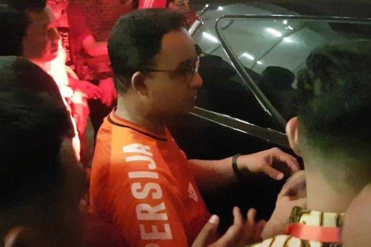 Gubernur DKI Jakarta Anies Baswedan meninggalkan Stadion Utama Gelora Bung Karno selepas pertandingan antara Persija Jakarta dan Mitra Kukar, Minggu (9/12/2018).