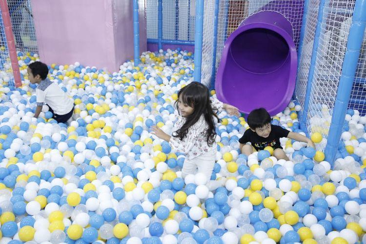 Anak-anak bermain di arena Play N Learn Lippo Mal Kemang Jakarta