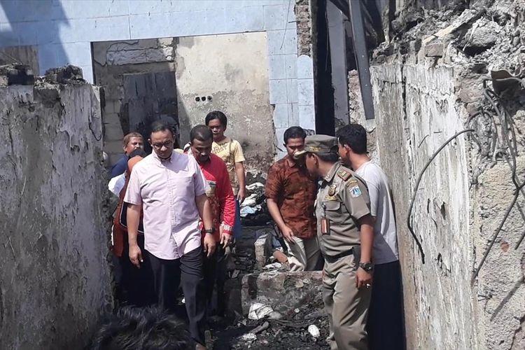 Gubernur DKI Jakarta Anies Baswedan saat meninjau lokasi kebakaran di Jalan Cipinang Jaya I, Jatinegara, Jakarta Timur, Minggu (7/7/2019).