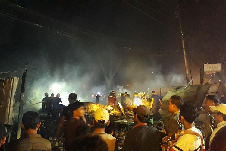 Kebakaran Melanda Belasan Lapak Warung Makan di jalanan sekitar Lapangan Multiguna, Bekasi Timur, Kota Bekasi, Kamis (18/7/2019).