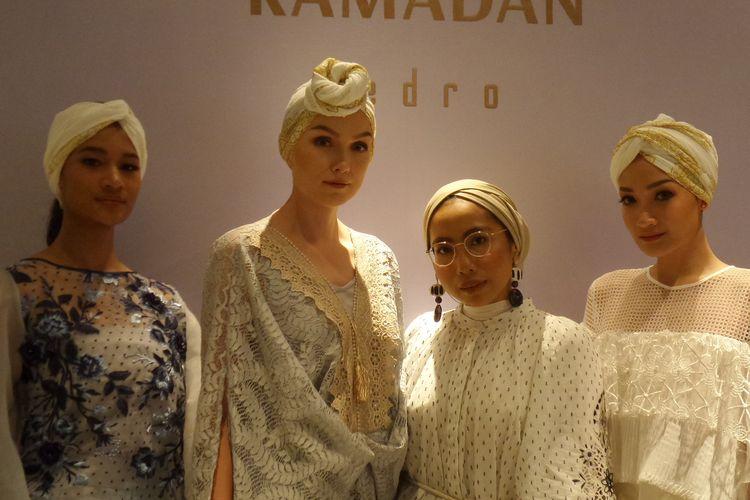 Fashion stylist Lady Yulia (kedua dari kanan) bersama para model koleksi Ramadhan Capsule Pedro yang bernuansa Maroko-Arab.