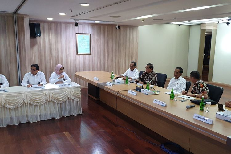 Presiden Joko Widodo mendatangi kantor pusat PLN, di Kebayoran, Jakarta Selatan, Senin (5/8/2019). Kedatangan Jokowi ini untuk meminta penjelasan PLN mengenai padamnya listrik di sebagian besar wilayah Pulau Jawa.(KOMPAS.com/Ihsanuddin)