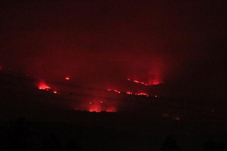 Kobaran api membakar kawasan hutan Gunung Ciremai Kabupaten Kuningan Jawa Barat, Senin Malam, (5/10/2015). Petugas BTNGC menduga kebakaran disebabkan kelalaian orang yang tidak bertanggung jawan hingga menyebabkan kebakaran terus meluas.