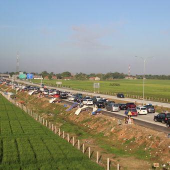Kendaraan dari arah barat ke timur padat merayap di ruas jalan Tol Cikopo-Palimanan (Cipali) hingga Tol Palimanan-Kanci (Palikanci), Jawa Barat, Rabu (15/7). Dua hari menjelang Lebaran, antrean panjang kendaraan di tol terjadi mulai dari kilometer 160 Tol Cipali sampai km 207 Tol Palikanci.  Kompas/Jumarto Yulianus (JUM) 15-07-2015