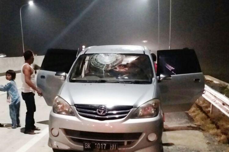 Salah satu mobil korban pelemparan batu di Tol Kualanamu-Seirampah, Selasa (17/10/2017)