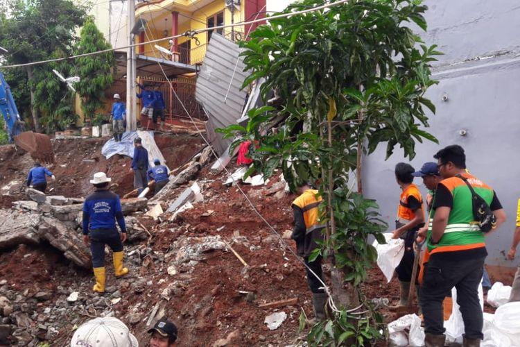 Petugas dari Sudin Sumber Daya Air Jakarta Timur, Sudin Bina Marga Jakarta, dan PPSU melakukan pembersihan di lokasi longsor Jalan Pesona IX, Kalisari, Pasar Rebo, Jakarta Timur, Selasa (27/11/2018)