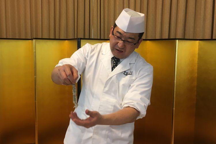 Chef Hori Ikuo sedang mencontohkan membuat udang tetap lurus untuk gorengan ala Jepang, di Kediaman Duta Besar Jepang di Indonesia, Jakarta, Senin (7/5/2018).