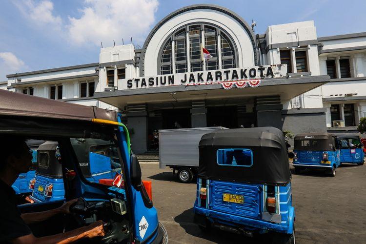 Suasana luar stasiun Jakarta Kota di Jakarta Barat, Kamis (7/9/2017). Jumlah penumpang yang naik dan turun di Stasiun Jakarta Kota mencapai 90.000 orang pada hari libur.