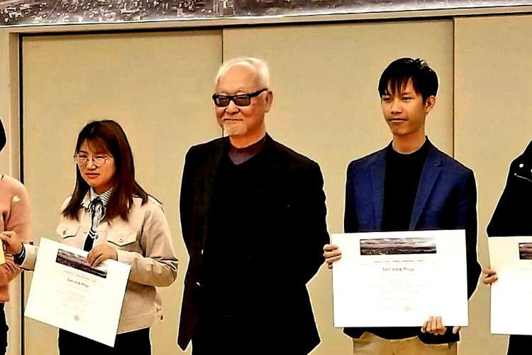 Rahmad Ade Gunawan, mahasiswa program studi arsitektur UBL dan tim saat menerima penghargaan Juara II ajang the 8th Asian Institute of Low Carbon Design (AILCD)-International Sudent Design Competition