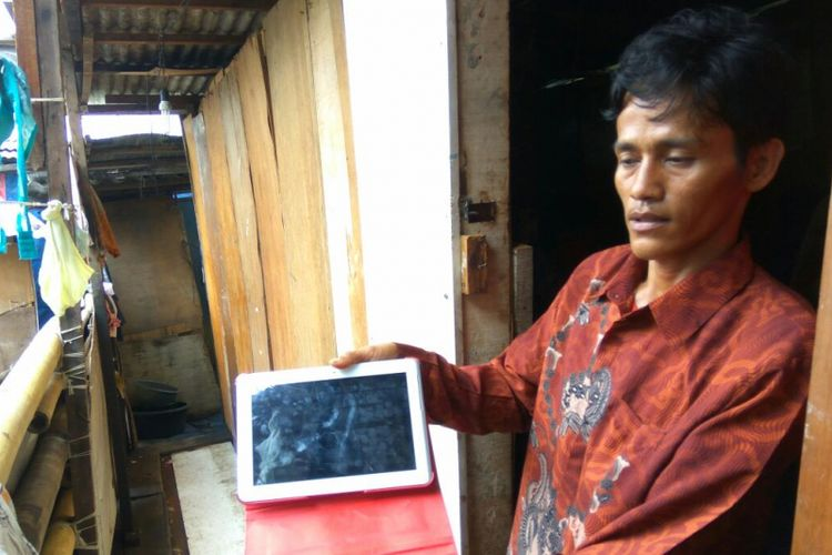Andi Sudirman menunjukan tab milik temannya yang akan dijual.