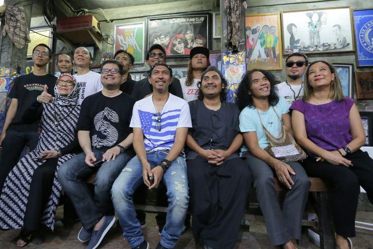 Grup band Slank bersama perwakilan dari 107 artis dan publik figur yang terlibat dalam proyek video klip #BarengJokowi di Markas Slank di Potlot, Jakarta Selatan, Jumat (15/3/2019).
