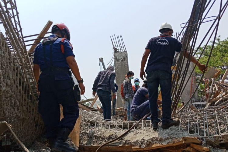 Petugas pemadam kebakaran masih berupaya mengevakuasi pekerja bangunan yang terjebak akibat runtuhnya proyek rumah di Pantai Indah Kapuk, Sabtu (15/9/2018).