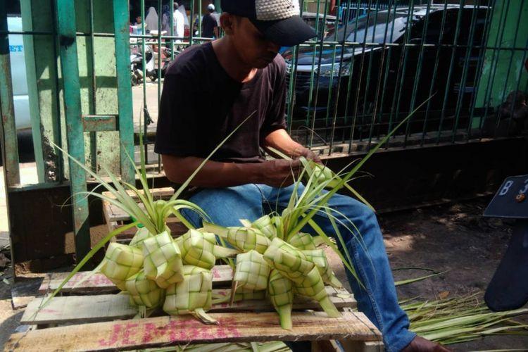 Jelang H-2 Lebaran, omset sejumlah pedagang ketupat di Pasar Slipi, Jakarta Barat naik dibanding tahun 2017.