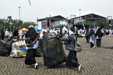 Massa Reuni 212 Bantu Bersihkan Sampah di Monas