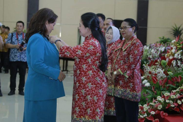 Ketua Tim Penggerak PKK Kota Semarang Tia Hendrar Prihadi menerima penghargaan dari Menko PMK Puan Maharani saat peringatan Harganas di Kota Manado, Sulawesi Utara, Sabtu (8/7/2018)