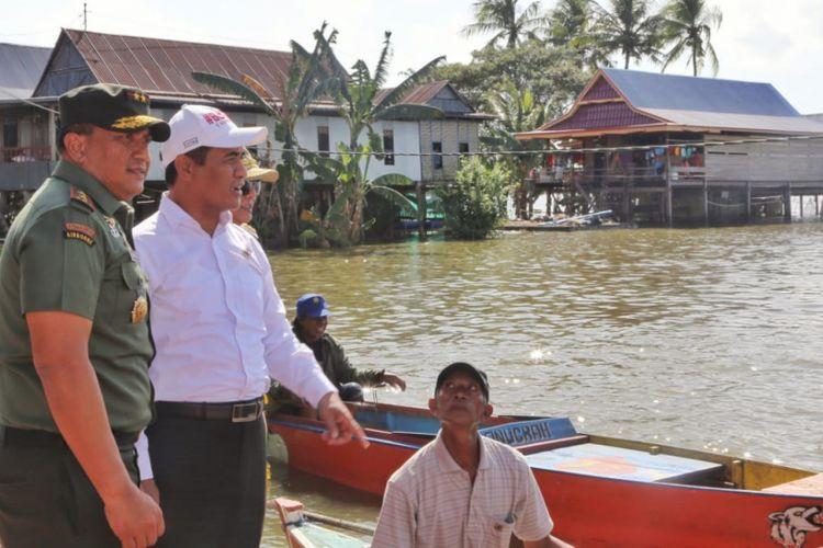 Mentan Beri Bantuan Pertanian bagi Petani Korban Banjir di Soppeng