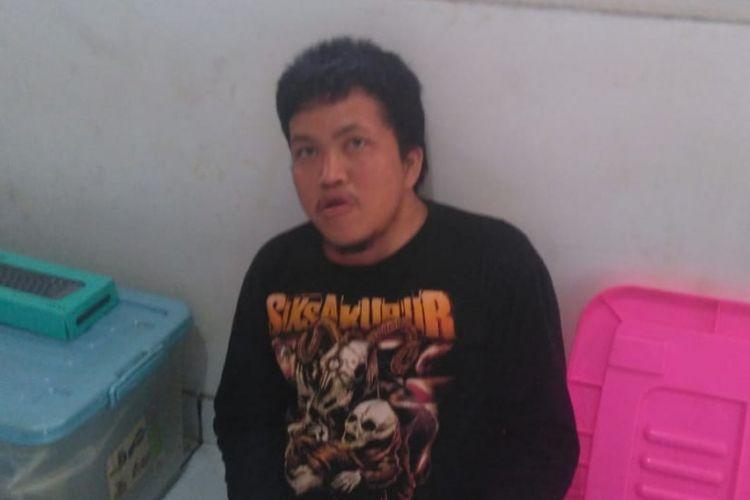 AG (23) salah satu Mahasiswa di Palembang ditangkap polisi lantaran kedapatan telah menjadi mucikari online dengan menjualkan wanita di media sosial facebook.