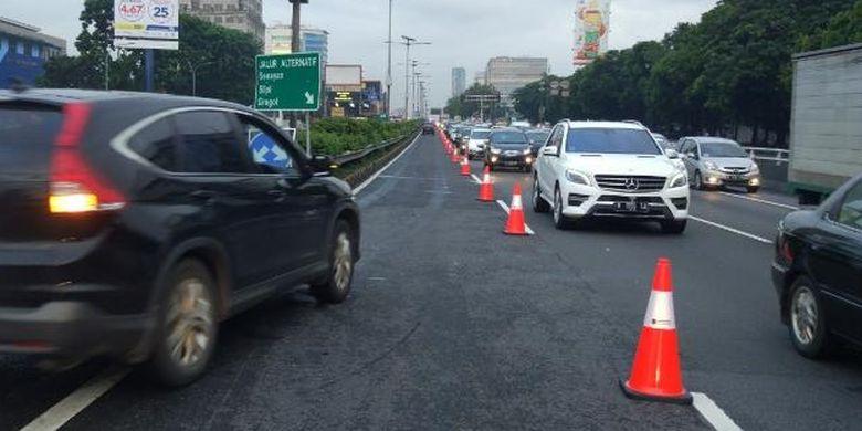PT Jasa Marga (Persero) Tbk memberlakukan pengaturan lalu lintas contraflow Cawang-Semanggi, Jakarta, Senin (13/2/2017).