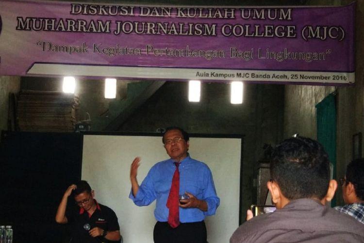 Pakar Ekonomi Rizal Ramli memberikan materi diskusi di sekretariat kampus MJC-AJI Kota Banda Aceh, Senin (16/4/2018). Rizal Ramli menyatakan masih terus berkomitmen mencalonkan diri sebagai presiden Indonesia pada Pilpres 2019.
