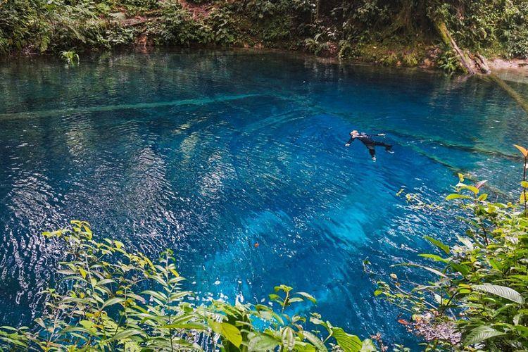 Wisatawan menikmati keindahan Danau Kaco di Provinsi Jambi.