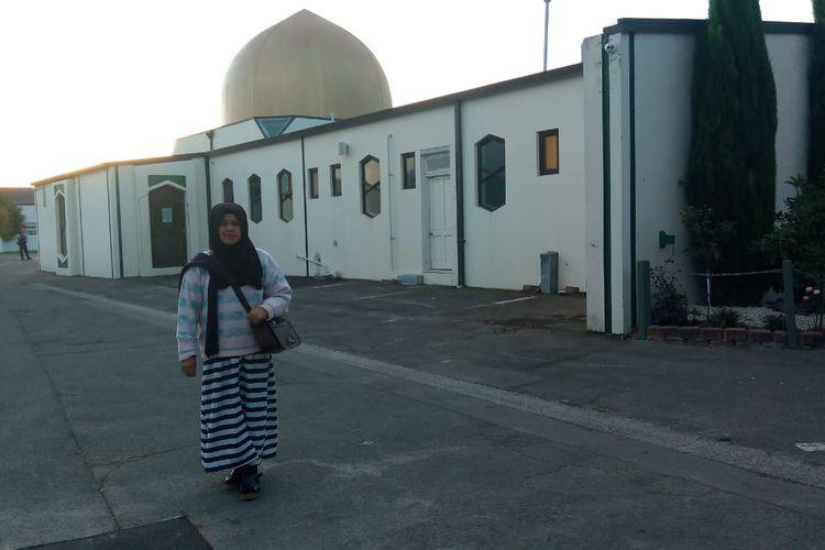 Yulierma, kakak korban penembakan Selandia Baru, berfoto saat mengunjungi Masjid Al Noor Selandia Baru, Minggu (24/3/2019).