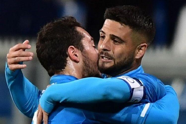 Amin Younes memeluk Lorenzo Insigne yang mencetak gol pada pertandingan Sassuolo vs Napoli di Stadion Mapei dalam lanjutan Serie A Liga Italia, 10 Maret 2019.