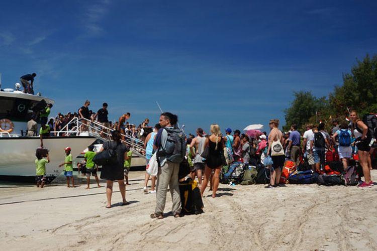 Turis mancanegara di Gili Trawangan, Lombok, Nusa Tenggara Barat, memenuhi pantai bersiap-siap menaiki kapal cepat menuju Bali, Jumat (25/8/2016).