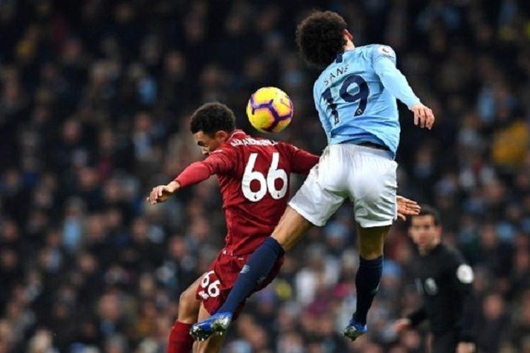 Leroy Sane mengungguli Trent-Alexander Arnold dalam menyundul bola pada pertandingan Manchester City vs Liverpool di Stadion Etihad dalam lanjutan Liga Inggris, 3 Januari 2019.