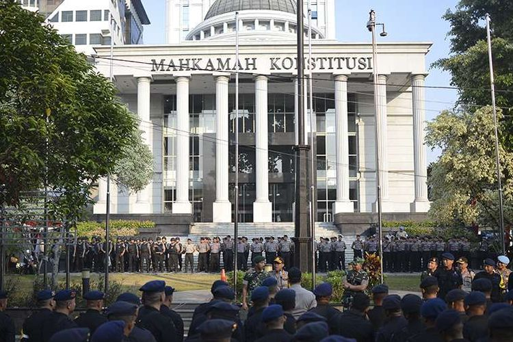 Personel Brimob Polri bersiap melakukan pengamanan di sekitar Gedung Mahkamah Konstitusi (MK), Jakarta, Rabu (26/6/2019). Sebanyak 13.747 personel gabungan TNI-Polri disiagakan jelang putusan sidang Perselisihan Hasil Pemilihan Umum (PHPU) Pilpres 2019 di Mahkamah Konstitusi (MK), Kamis (27/6).(ANTARA FOTO/NOVA WAHYUDI)