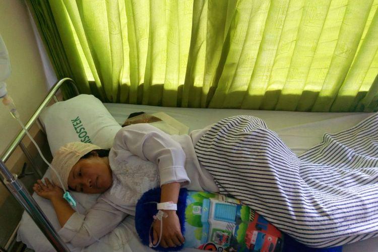 Nuzul Kurniawati korban pemukulan yang dilakukan oleh muridnya sendiri, NF, saat menjalani perawatan di RS Soedarso, Pontianak (8/3/2018)