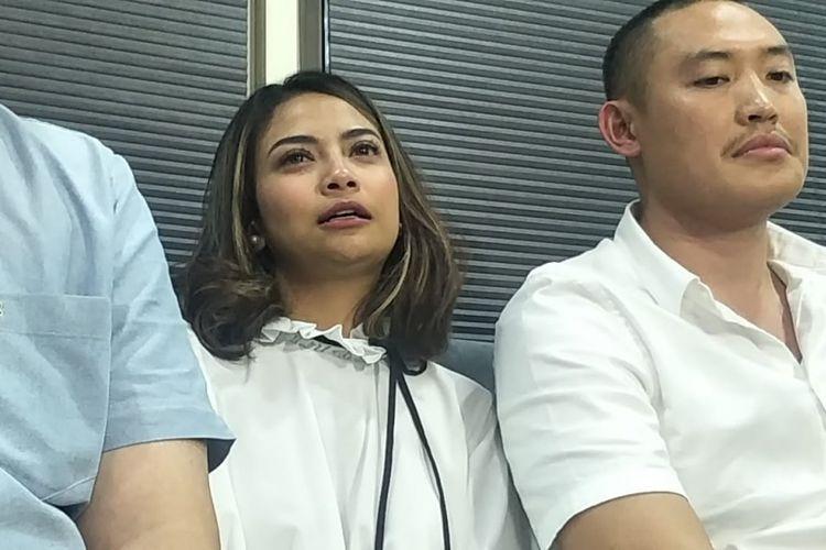 Vanessa Angel bersama tim kuasa hukumnya saat mengadakan jumpa pers terkait status tersangka dirinya di Apartemen Brawijaya, Jakarta Selatan, Rabu (16/1/2019).